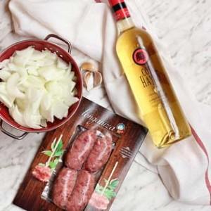 longanizas de Ternasco de Aragón , cebolla y vino blanco