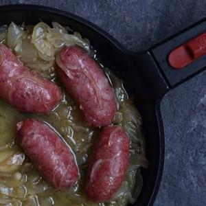 Sartén con longanizas de Ternasco de Aragón y cebolla