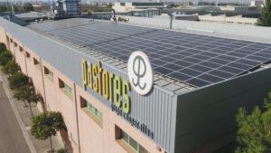 Placas solares en la cubierta de la sede de Pastores en Mercazaragoza