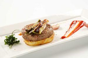 hamburguesa de cordero en plato